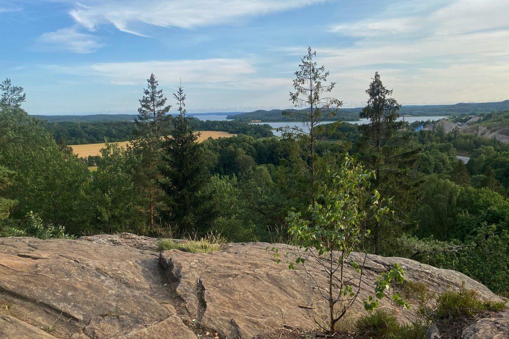 Utsikt över sjön Mjörn från bergshöjd. Foto.