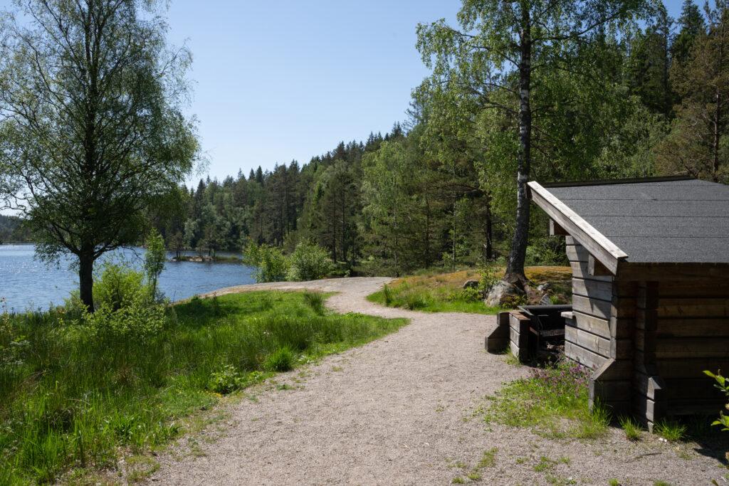 Rastvindskydd och utsikt mot sjö. Foto.