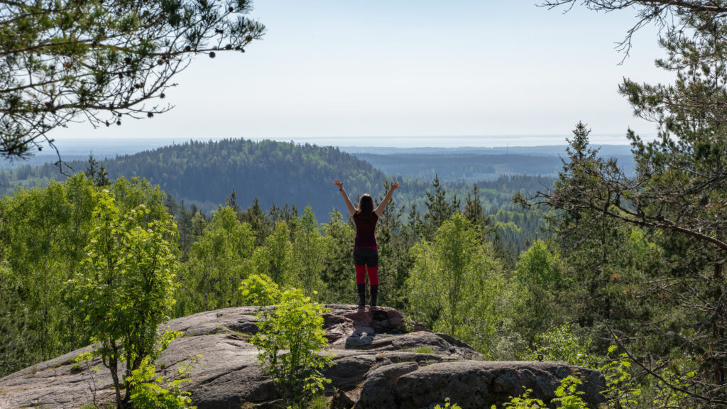 Person vid utsikten på Baljåsens topp. Foto.