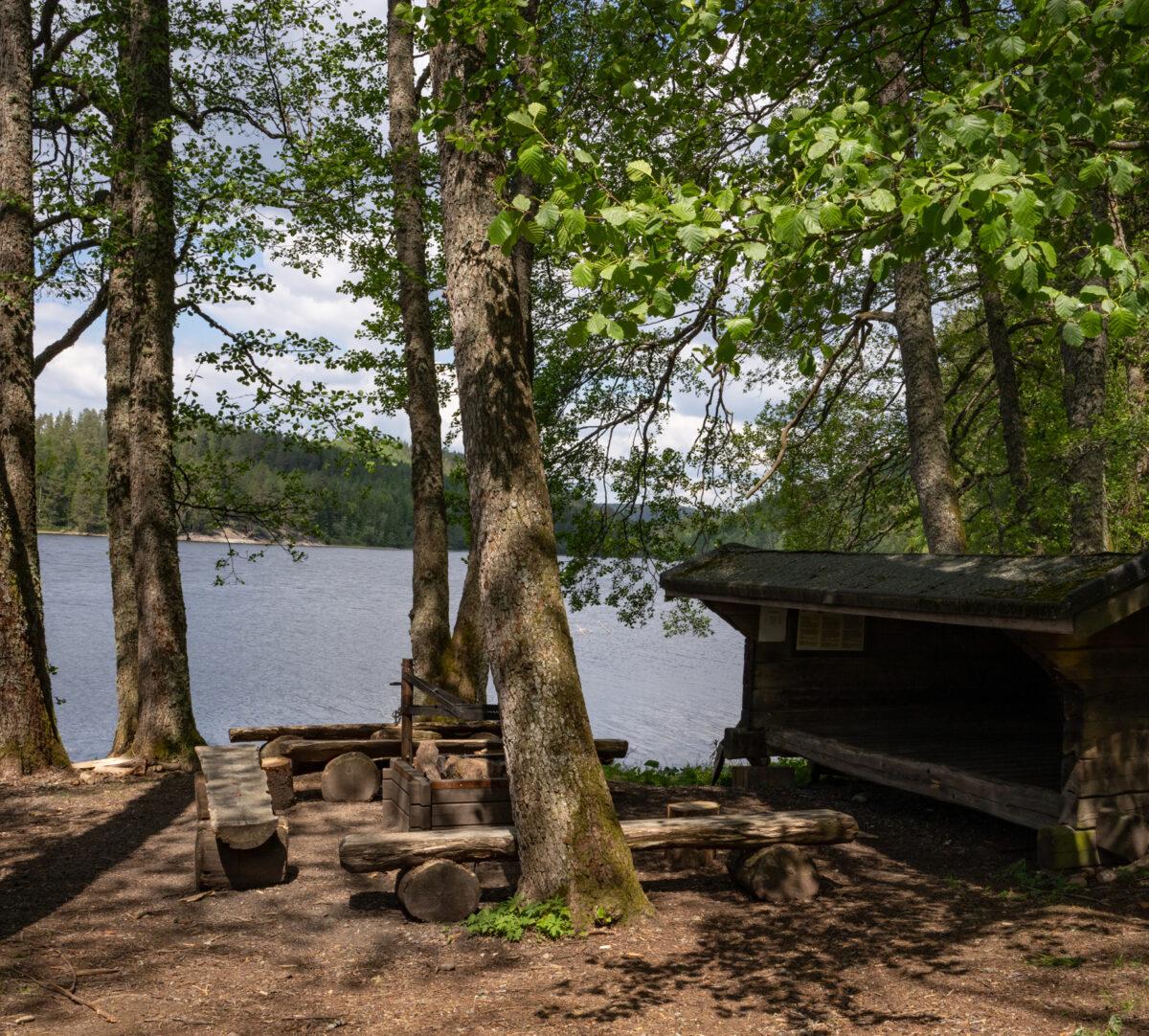 Vindskydd vid sjö. Foto.