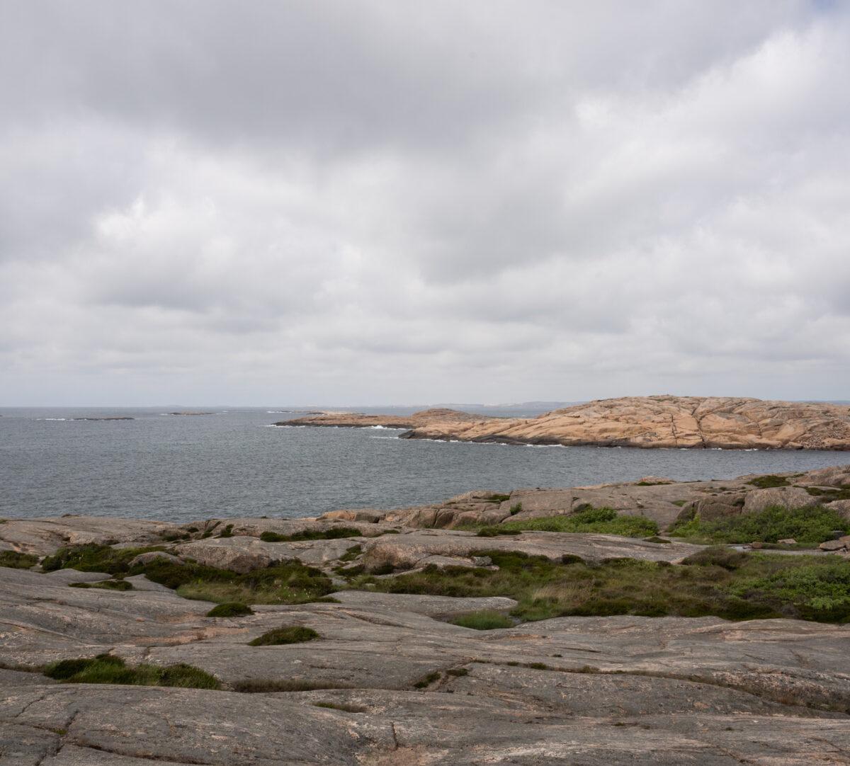 Vy över klippor och hav. Foto.