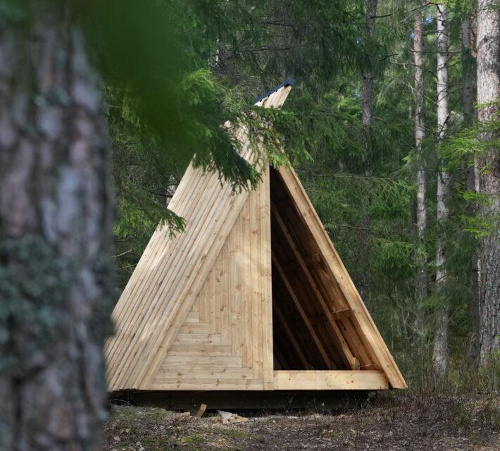 Ett trekantigt vindskydd. Foto.