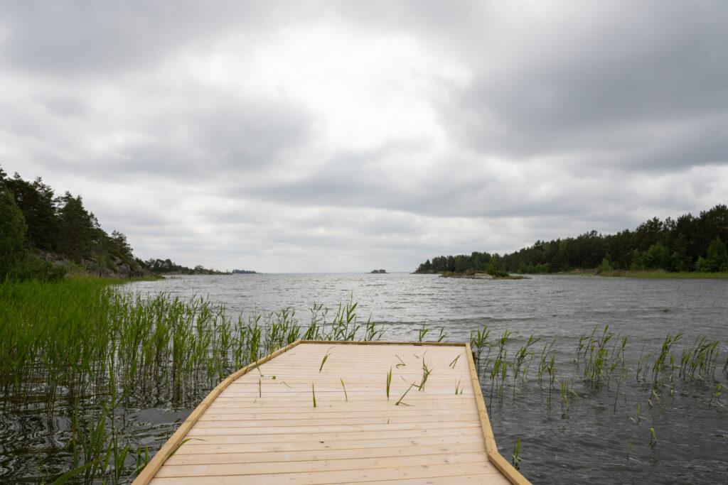 En brygga med utsikt mot öppet vatten. Foto.