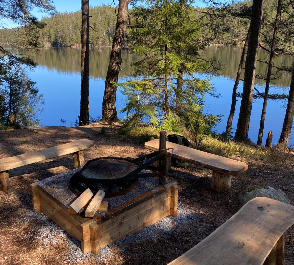 Svartedalen grillplats vid sjö. Foto.