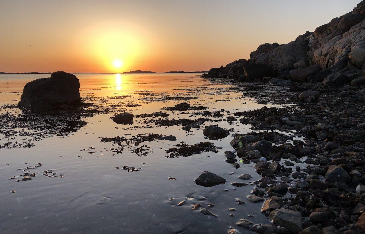 Sol nergång vid havet. fFto.