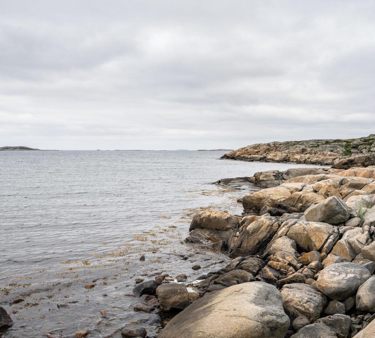 Foto på havet och klippor.