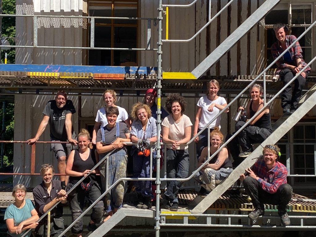 Kursdeltagare på byggnadsställning. Gruppfoto.
