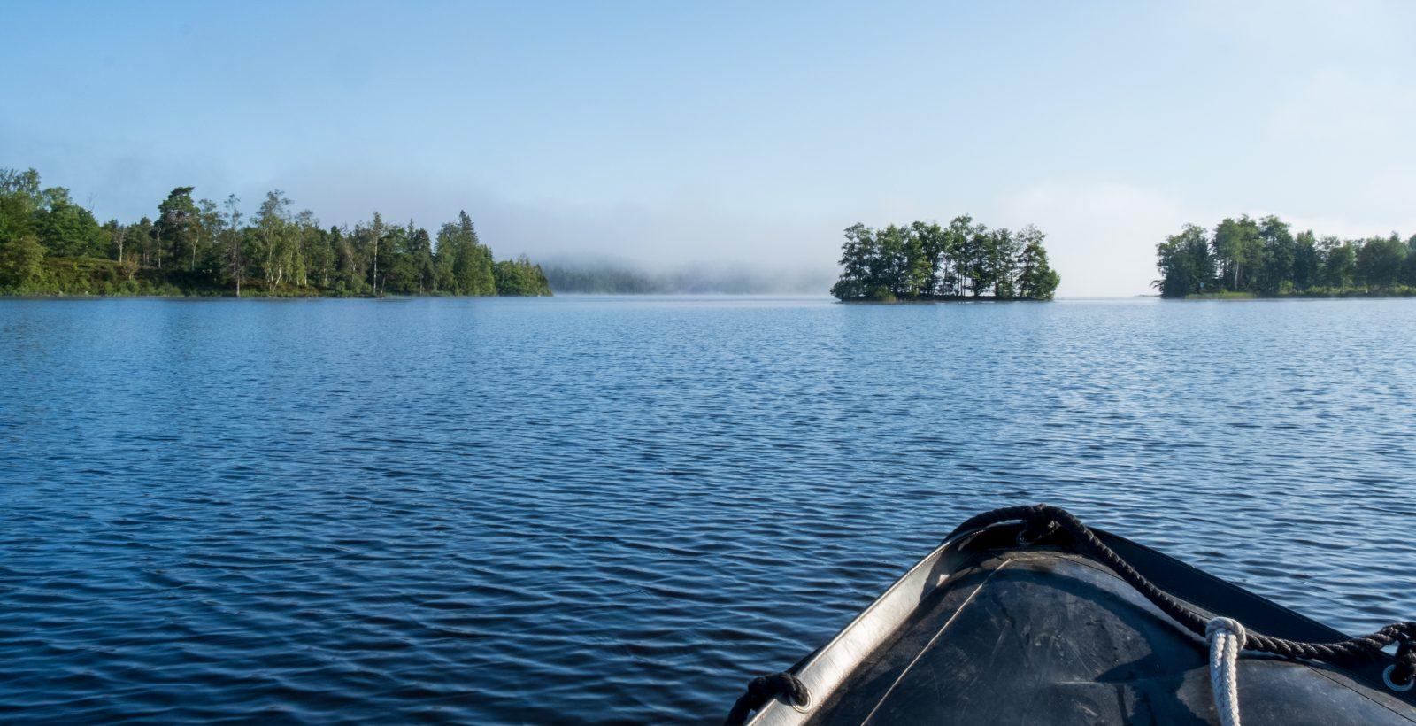 Fören av en båt som åker på en disig sjö. Foto.
