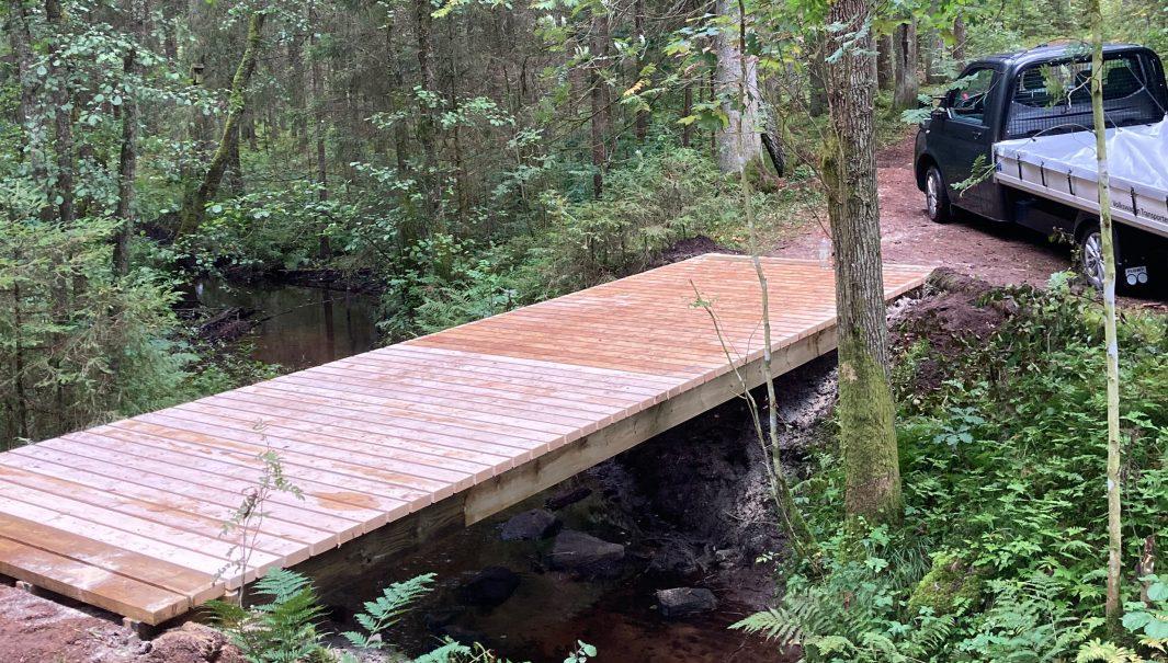 Nybyggd bro över å. Foto.